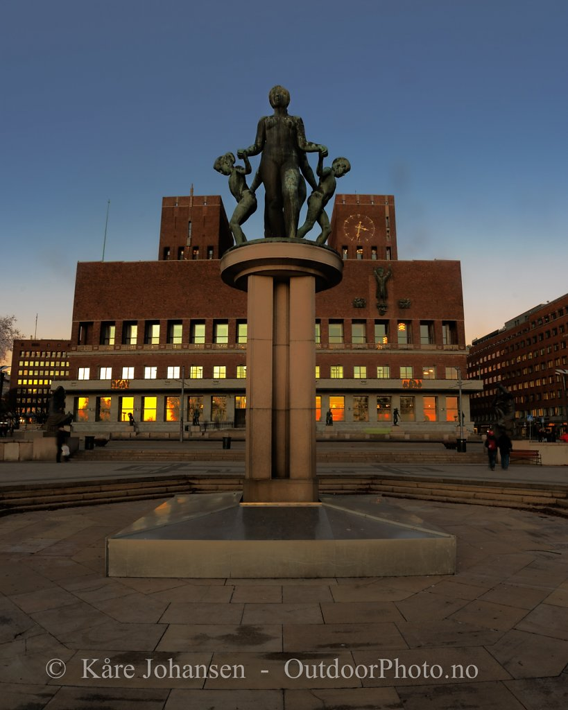 Oslo rådhus i solnedgang